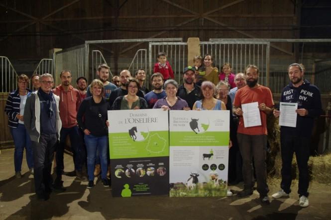 Bénévoles de l'association réunis dans l'écurie de l'Oisellière autour de Matthieu Chevallier